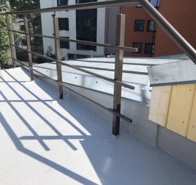 Katuseterrassi ehituse lõppviimistlus vedelplastiga.